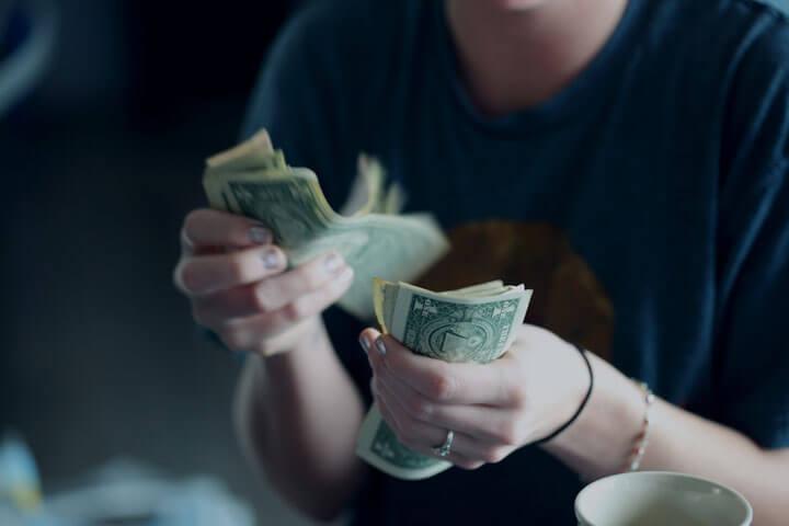 年俸制と月給は何が違う?年俸制のメリット・デメリット